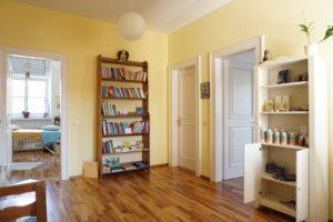 Raum mit Verkaufslädele